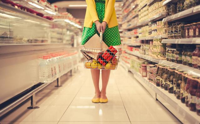 超市购物的美女